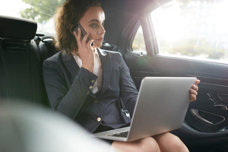 Business Woman al telefono durante un servizio di NCC Milano