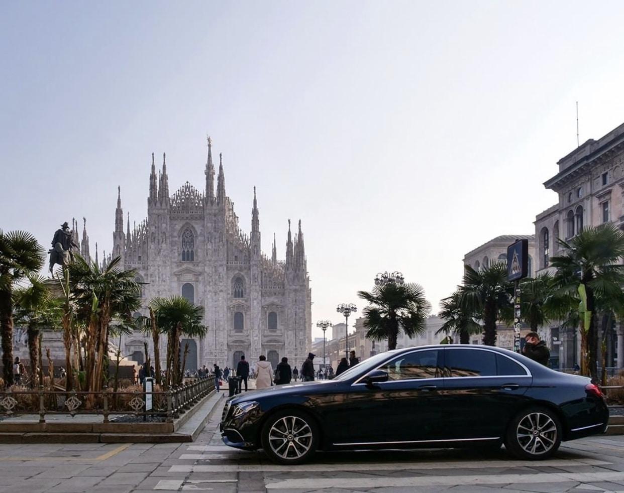 Mercedes Classe E di Blackcar Milano di fronte a piazza del Duomo