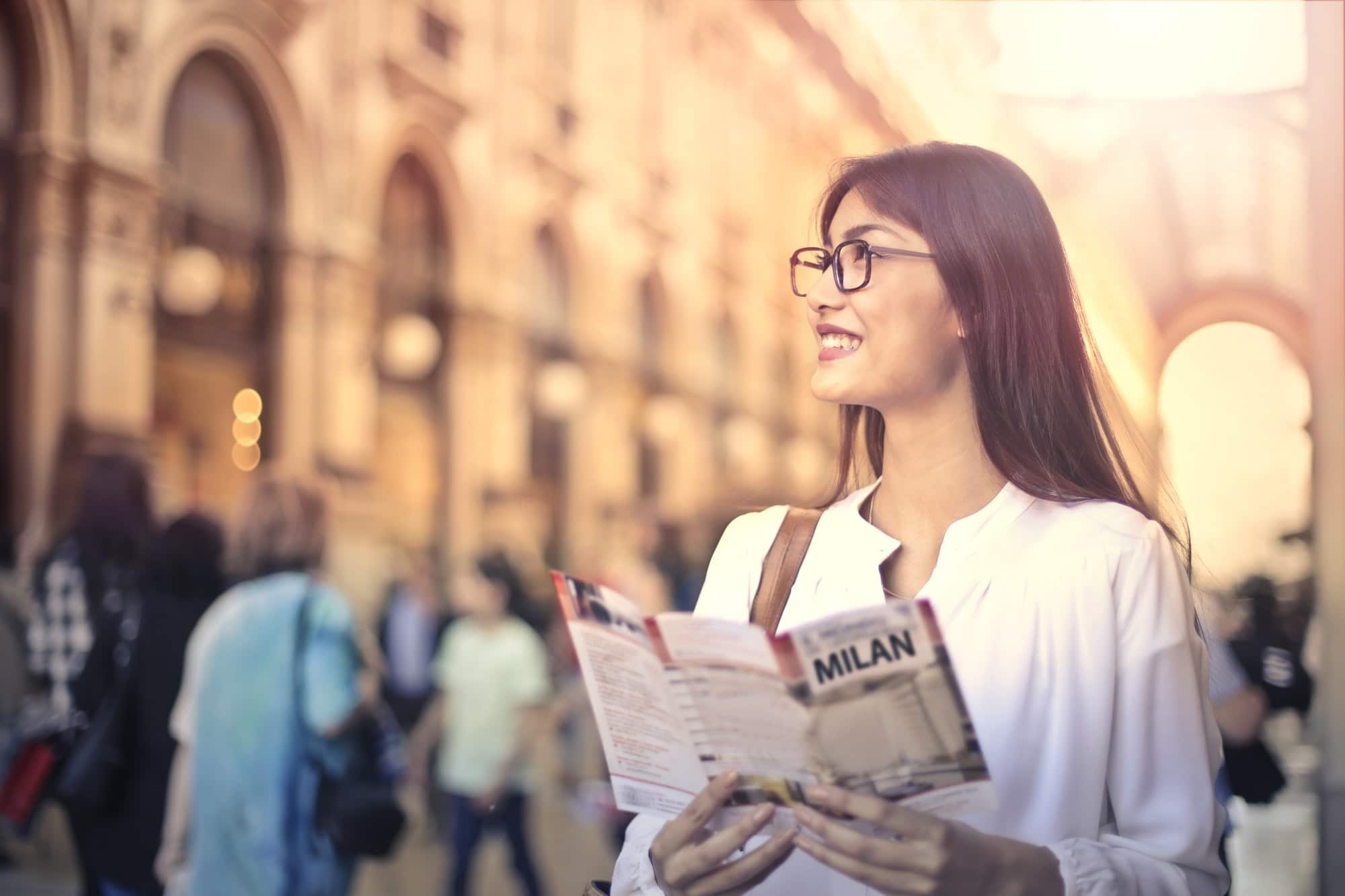 Ragazza con mappa di Milano che esplora la città