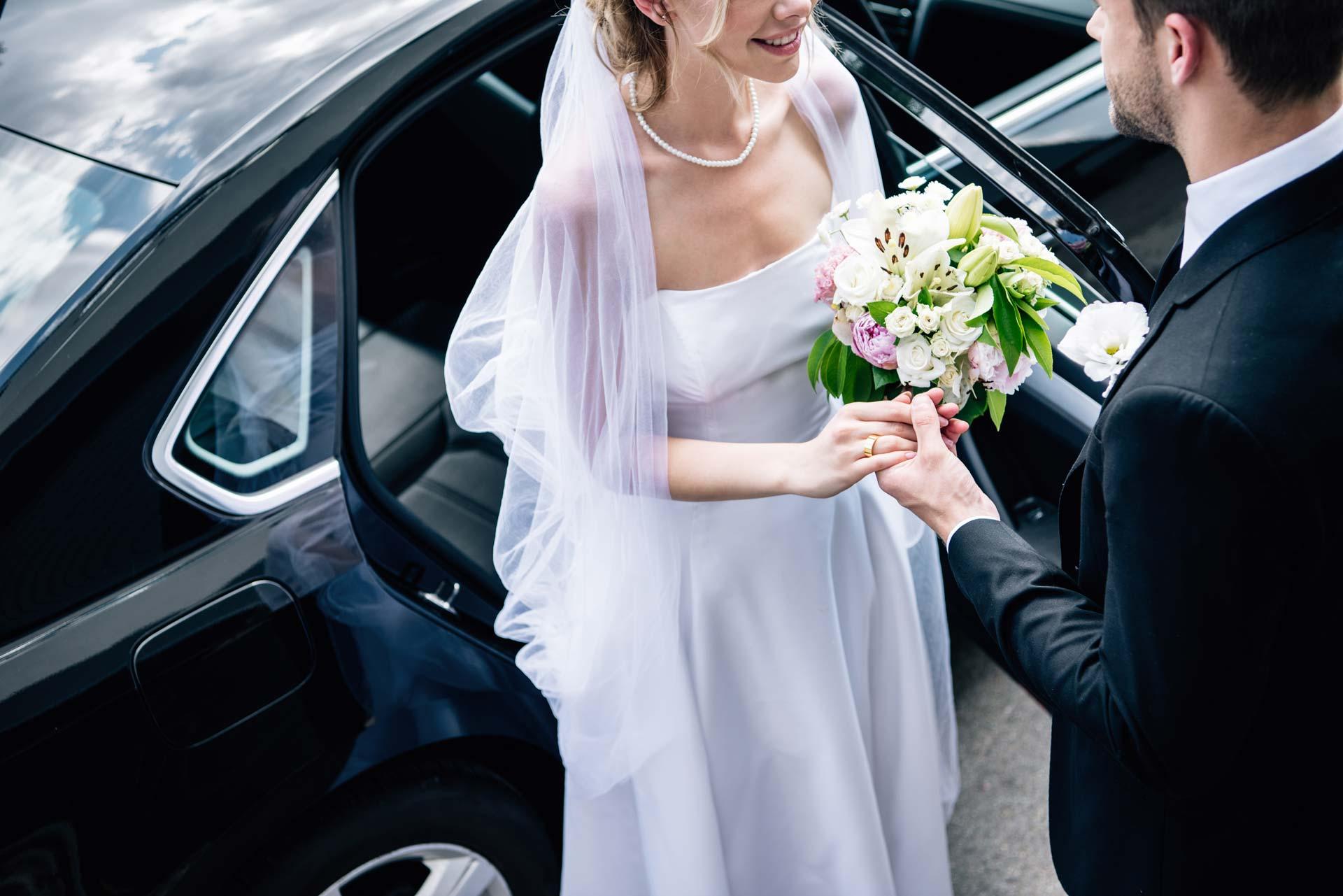 sposi durante servizio di noleggio auto per matrimonio con autista